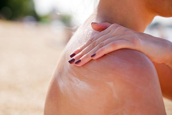 fall skincare tips- applying sunscreen