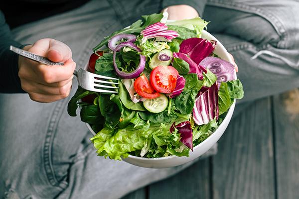 healthiest-veggies- eating salad
