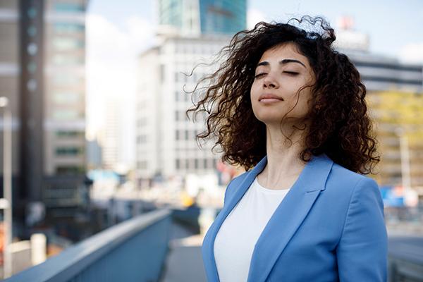 woman meditating mid day | daily meditation tips