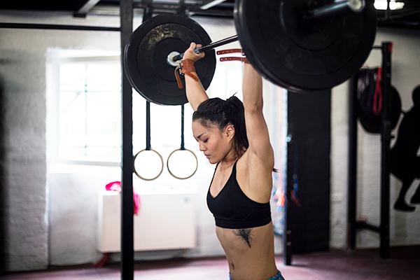 woman pressing barbell overhead | valsalva maneuver