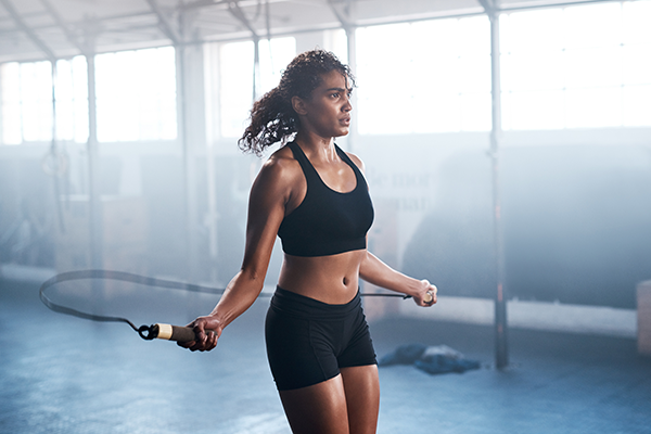 woman jumping rope | how long to rest between sets