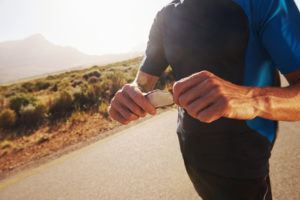 man eating a snack during a long run -- what to eat before running