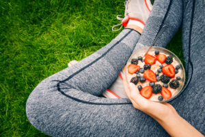runner eating a bowl of yogurt and granola and fruit -- what to eat before running