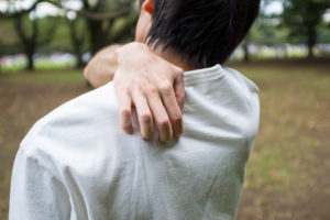man itching back after run -- what causes runners itch